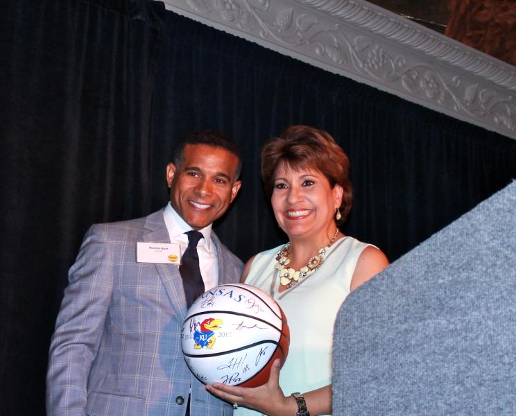 Ronnie Burt, presidente de la Asociación de Visitantes y Convenciones de Kansas City y Janet Murguía.
