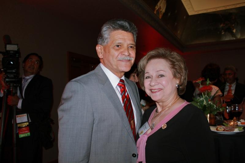 Tom Espinoza, presidente de Raza Development Fund (RDF) y Poly Baca, activista latina de Colorado.