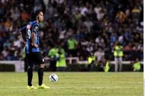 Ronaldinho causó desilusión, lamento y hasta risas, cuando cobró la falta y mandó el balón a la tribuna, sin rozar al menos el marco de Tigres, el antagonista del encuentro. Foto: Agencia Reforma