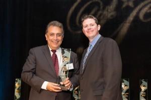 Juan Salgado (izq.) fue  premiado por el AZ Capitol Times. Foto: Cortesía Timon Harper/Mixed Voces