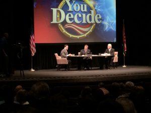 Doudg Ducey y Fred Duval debatieron el domingo sobre el tema educativo. John Hook (centro), presentador de noticias de Fox 10 fue el moderador del evento. Foto: Sam Murillo/Mixed Voces