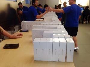 durante el último trimestre registró, por primera vez en 13 años, una baja en sus ingresos totales debido a un declive en las ventas de su teléfono iPhone.