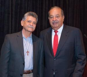 Tom Espinoza, presidente de Raza Development Fund, y Carlos Slim durante la conferencia de CALL en Houston. Foto: Phil Soto