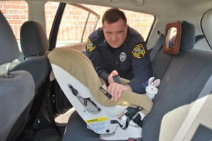 Inspectores determinaron que cuatro de cada cinco asientos de seguridad infantil son instalados incorrectamente. Cortesía/Mixed Voces