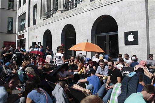 Miles hacen filas para comprar nuevo iPhone en primer día de venta