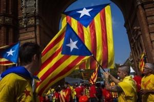 """Manifestantes agitan la bandera """"estelada"""", símbolo de la independencia de Cataluña, en Barcelona. Foto: AP"""