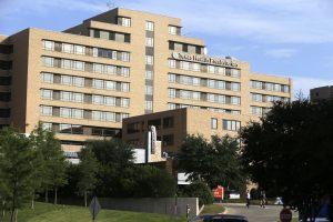 Vista del Hospital Texas Health Presbyterian. Funcionarios federales de salud han confirmado que un paciente no identificado recibe tratamiento en ese nosocomio. Foto: AP