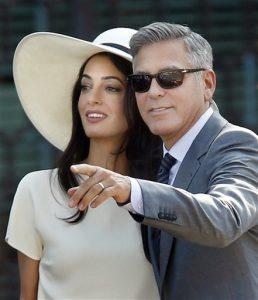 El actor y su esposa Amal Alamuddin llegan al palacio Cavalli para la ceremonia del matrimonio civil en Venecia. Foto: AP