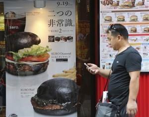 La hamburguesa es de carne de res con pimienta negra y un toque de tinta de calamar. Foto: AP