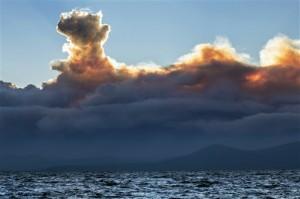 El humo de los incendios en California visto desde la orilla de Nevada del lago Tahoe.  Foto: AP
