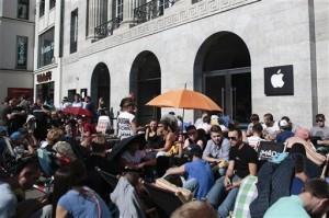 La cola era extensa frente a la tienda Apple en el centro de Berlín, Alemania. Foto: AP