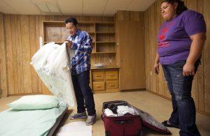 Luis López (izq) prepara el colchón de aire que usará para dormir en una iglesia presbiteriana de Tempe, Arizona, el 4 de septiembre del 2014. Foto: AP