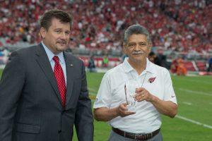 Michael Bidwell, propietario de los Cardenales, y Tommy Espinoza, presidente de Raza Development Fund (RDF). Foto: Phil Soto