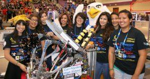 El orgulloso equipo de robótica de la preparatoria Carl Hayden de Phoenix. Foto: Cortesía/Mixed Voces