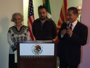 "Elena Poniatowska, Raúl ""Kigra"" Ramírez y Roberto Rodríguez, cónsul de México en Phoenix. Foto: Mixed Voces"