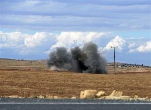 Una bomba de mortero explota en territorio turco en la frontera con Siria. Foto: AP