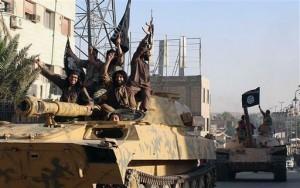 Combatientes del grupo extremista Estado Islámico desfilan en la ciudad de Raqqa, Siria.  Foto: AP