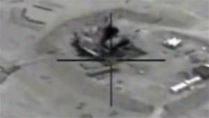 En esta captura de un vídeo proporcionada por el Gobierno de Estados Unidos, se muestra un ataque aéreo a la refinería de Jeribe occidental. Foto: AP