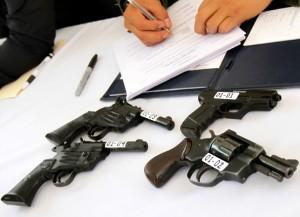 Las pistolas y revólveres podrán portarse abiertamente en fundas fijadas al cinto o al hombro, si el dueño cuenta con una licencia emitida luego de una verificación de antecedentes. Foto: Notimex