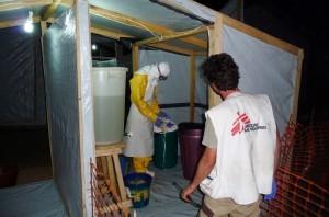 Empleados de Médicos Sin Fronteras (MSF) vestidos con material de protección trabajan el Africa para combatir el brote del virus. Foto: Notimex