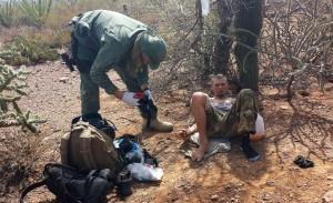 Un agente de la Patrulla Fronteriza suministra a un inmigrante un líquido vía intravenosa tras sufrir deshidratación cerca de Sells, Arizona. Foto: AP