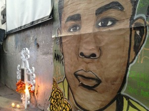 Un poster con una imagen representando a José Antonio Elena Rodríguez cuelga junto a un altar de recuerdo en el lugar donde fue fatalmente tiroteado cerca de la frontera entre México y EU, en Nogales, Sonora. Foto: AP