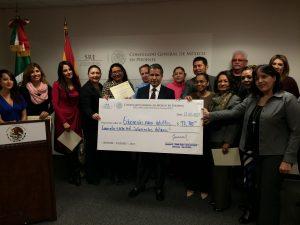 El cónsul de México en Phoenix entrega el cheque económico de IME-Becas a instituciones participantes. Foto: Sam Murillo/Mixed Voces