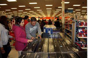 Aunque los compradores navideños piensan comprar más, seguirán enfocados en los descuentos y las ofertas. Foto: Agencia Reforma
