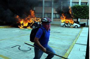 Tras vandalizar oficinas educativas en Guerrero, maestros irrumpieron en el Congreso estatal, donde causaron destrozos y quemaron vehículos. Foto: Agencia Reforma