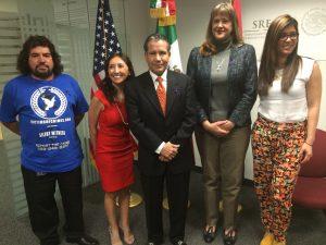 El cónsul de México en Phoenix, Roberto Rodríguez firmó un convenio de colaboración con organismos locales para complementar los servicios disponibles para las víctimas de violencia intrafamiliar. Foto: Sam Murillo/Mixed Voces