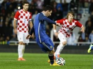 Lionel Messi marca un gol de penal en el partido amistoso ante Croacia. Foto: AP