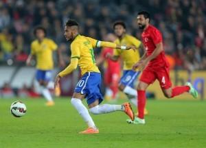 Neymar Jr conduce el balón contra Turquía. Foto: AP