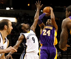 Kobe Bryant trata de encestar un tiro contra los Grizzlies. Foto: AP