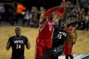Shabazz Muhammad (15) recibe la falta de Dwight Johnson (12)  de los Rockets. Foto: AP