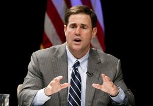 Doug Ducey dijo que Obama debe trabajar con el Congreso y abordar el tema migratorio con sentido común. Foto: AP