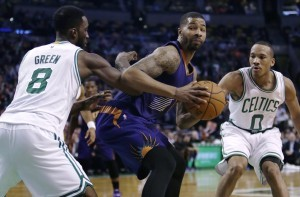 Markieff Morris, centro, se quita a dos Celtics para hacer la jugada. Foto: AP