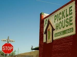 La emblemática Casa de Pepinillos de Arnold  ó Arnold's Pickle House localizada en las calles 14 y  Van Buren. Foto: Especial