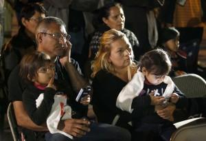 El partidario de los derechos de los inmigrantes Abel Rodríguez, izquierda, carga a su hija Isabel Rodríguez, de 6 años, mientras su esposa Idalia Encinas, segunda de la derecha, carga a su hija Josselyn Rodríguez, de 4 años, en una reunión en el Capitolio de Arizona. Foto: AP