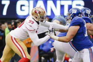 Aldon Smith, linebacker de los 49ers de San Francisco, forcejea con Weston Richburg, de los Giants de Nueva York, durante el partido del domingo. Foto: AP