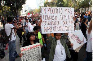 La sociedad mexicana continúa pidiendo justicia en el caso de los estudiantes de Ayotzinapa. Foto: Agencia Reforma