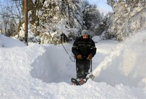 Un hombre retira parte de la gran cantidad de nieve que cayó en Lancaster, Nueva York. Foto: AP