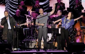 Vicentico, René Pérez de Calle 13 e Ileana Cabra Joglar, cantan juntos durante la gala a Joan Manuel Serrat como Persona del Año. Foto: AP