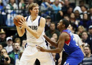 Dirk Nowitzki, de los Mavericks de Dallas, anotó 21 puntos en apenas 20 minutos. Foto: AP