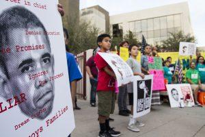 En Arizona el número de indocumentados ha caído de 350 mil en 2009 a 300 mil en 2012. En la imagen el grupo Puente realiza un mitin para frenar las deportaciones frente a las oficinas del Servicio de Inmigración y Control de Aduanas en Phoenix. Foto: AP