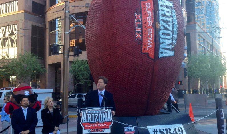 Colocan balón gigante del Super Bowl XLIX en centro de Phoenix