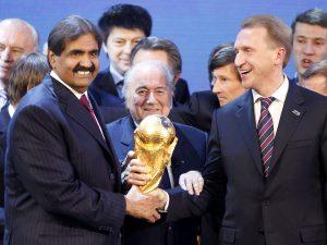 En esta imagen del 2 de diciembre de 2010, el presidente de la FIFA Joseph Blatter, anuncia que Rusia organizará el Mundial 2018 y Catar el de 2022, en Zúrich, Suiza. Foto: AP
