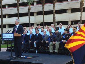 El procurador del Condado Maricopa, Bill Montgomery, anuncia el arranque oficial de los festejos anuales del Día de los Veteranos. Foto: Sam Murillo/Mixed Voces