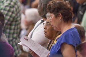 Los latinos católicos tendrán una nueva herramienta en línea para estudiar el catecismo en español. Foto: Phil Soto