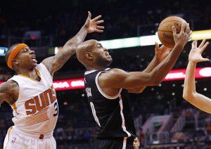 Isaiah Thomas (3) trata de robarle el balón a Jarrett Jack (0) de los Nets. Foto: AP