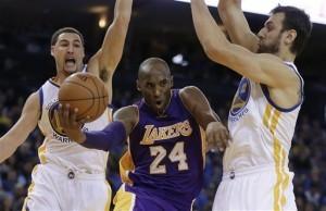 Kobe Bryant fue crucial para que Los Ángeles se impusiera por 114-109 a Atlanta. Foto: AP